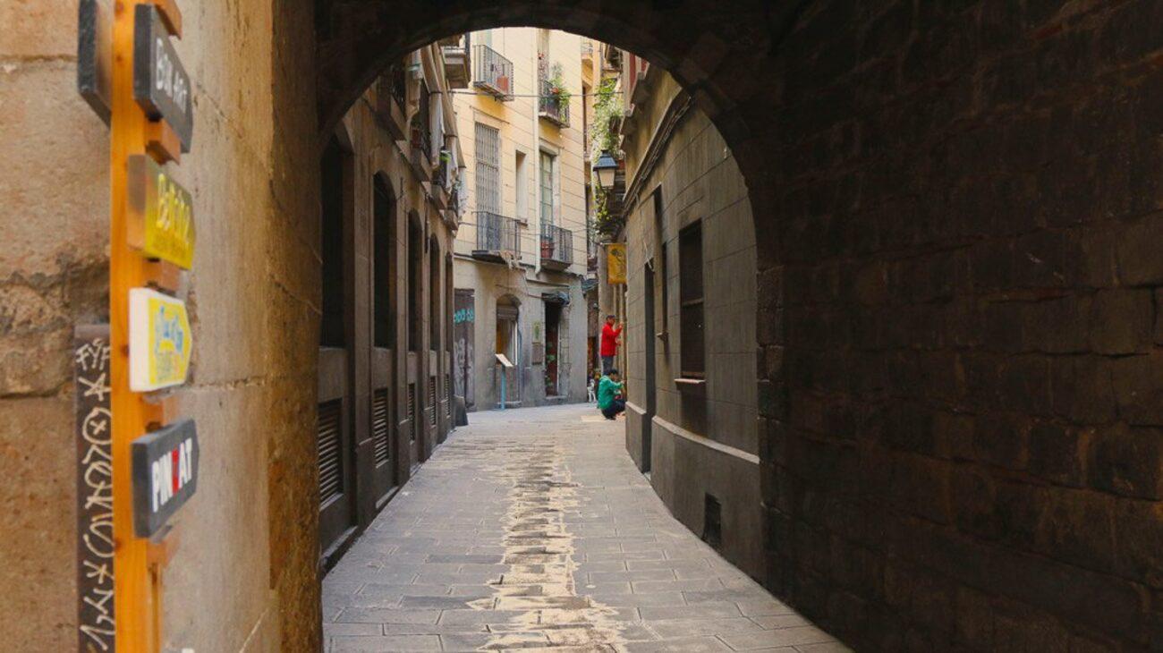Passagem por arcos, vielas estreitas e um ambiente diferente no Bairro Gótico - O que fazer em Barcelona em 3 tres dias
