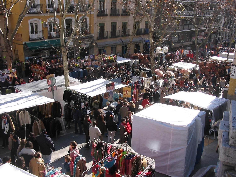 Foto do Mercado de pulga El Rastro cheio de pessoas - O que fazer em Madrid dicas e roteiro