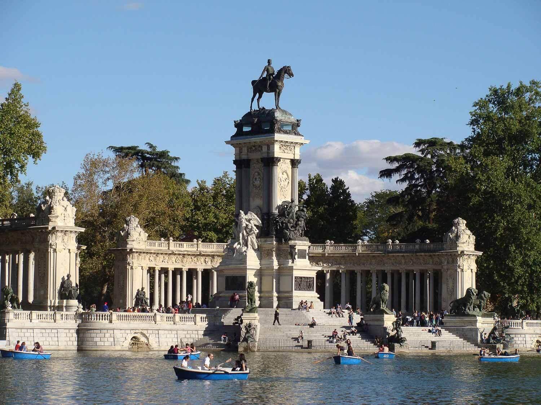 No lago do Parque El Retiro as pessoas passeiam em pequenos barcos que podem ser alugados - O que fazer em Madrid dicas e roteiro