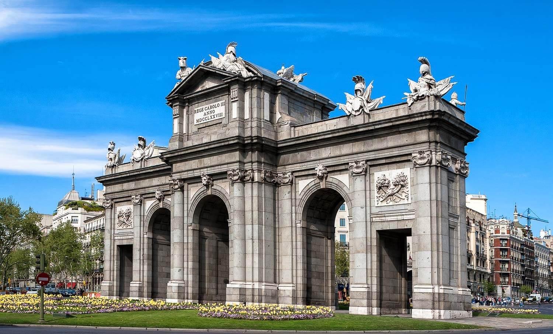 Puerta de Alcalá é um conjunto de arcos que já foi considerada a principal porta de entrada de Madrid - O que fazer em Madrid dicas e roteiro