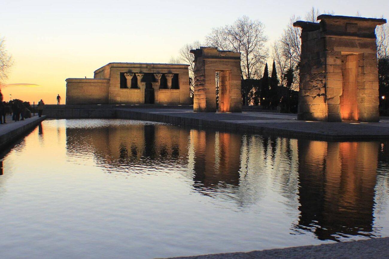Templo de Debot é uma construção de pedras rodeada por um pequeno lago artificial - O que fazer em Madrid dicas e roteiro