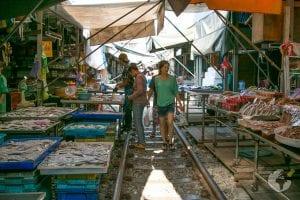 O que fazer em Bangkok : ver de perto o Mercado do Trem Maeklong