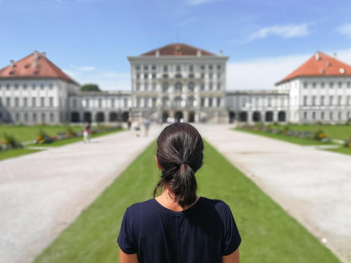 o que fazer em Munique - Close na Dri no jardim do palácio