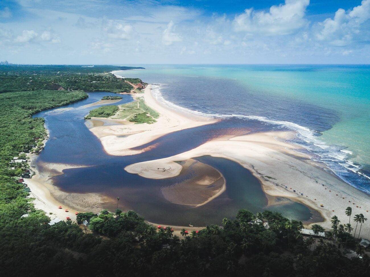 Foto aérea do encontro do rio com o mar -O que fazer em João pessoa Paraíba