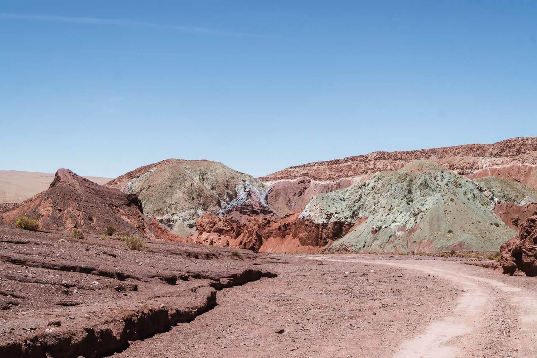 Foto da estrada com montanha colorida ao fundo - Vale do Arco Íris e Hierbas Buenas