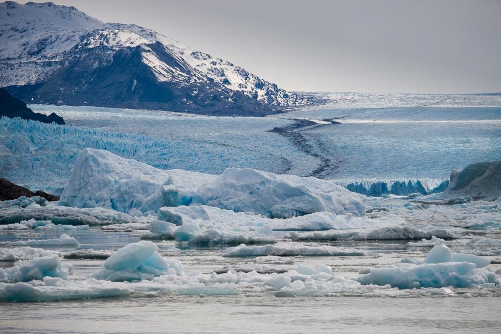 O que Fazer Em El Calafate Perito Moreno Argentina - Imagem da enorme massa de gelo, chamado Glaciar Upsala que desce da montanha até quase a margem do lago.
