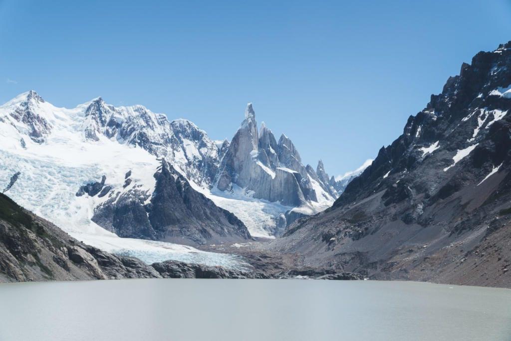 O que Fazer Em El Calafate Perito Moreno Argentina- Foto da Laguna Torre com águas não muito claras, um tom de marrom claro, na base do icônico Cerro Torre.