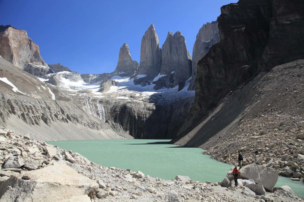 O que Fazer Em El Calafate Perito Moreno Argentina - Foto da margem do lago na base das conhecidas Torres del Paine, montanha chilena muito famosa.