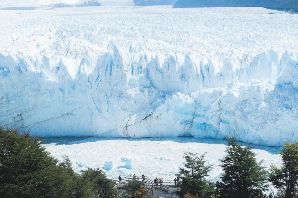 Onde ficar em El Calafate - Turistas observando a parede de gelo do Glaciar Perito Moreno