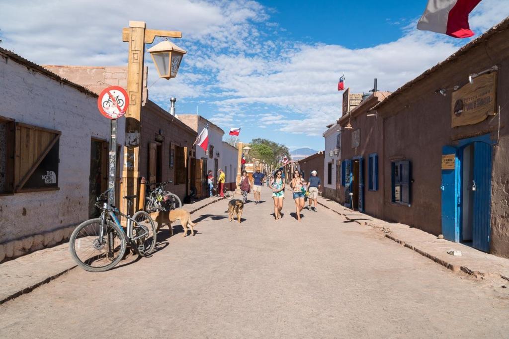 Deserto do Atacama Chile - Foto da Calle Caracoles no centro de San Pedro de Atacama aqui estão localizados hostels, restaurantes, mercados e agências