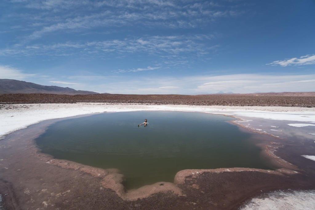 Deserto do Atacama Chile - Foto do Caio boiando na primeira Laguna que tem uma cor verde bem escura
