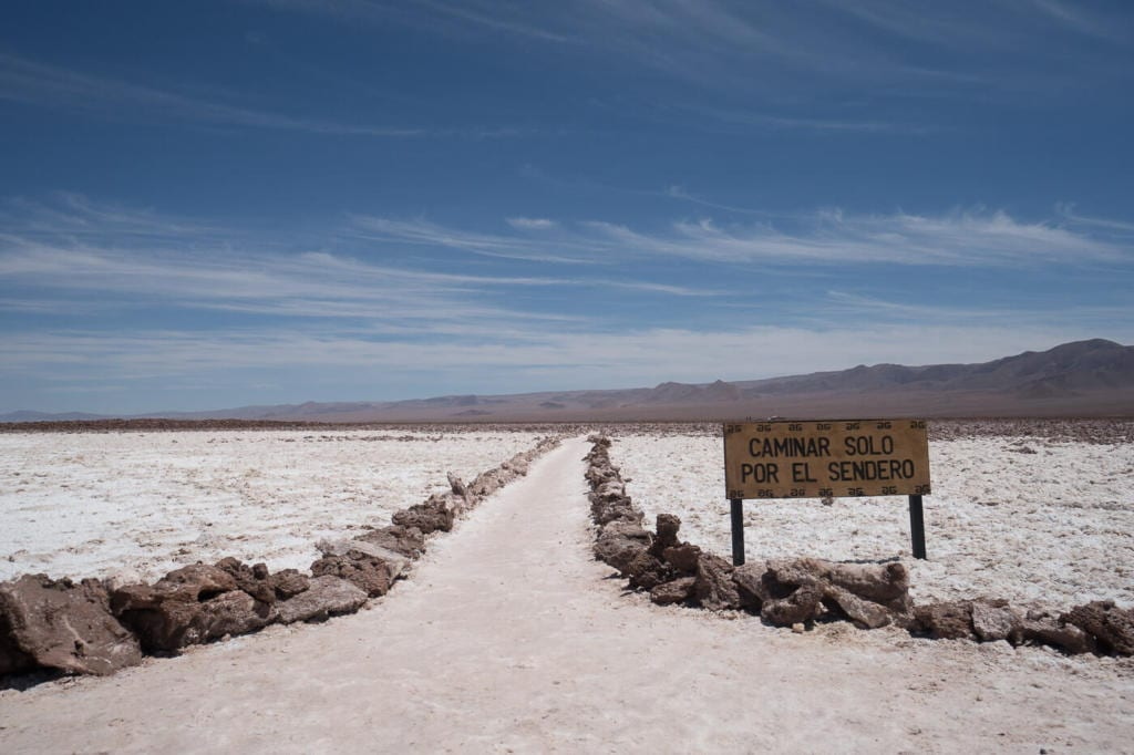 Deserto do Atacama Chile - Imagem do camino demarcado para caminhar e conhecer as lagunas