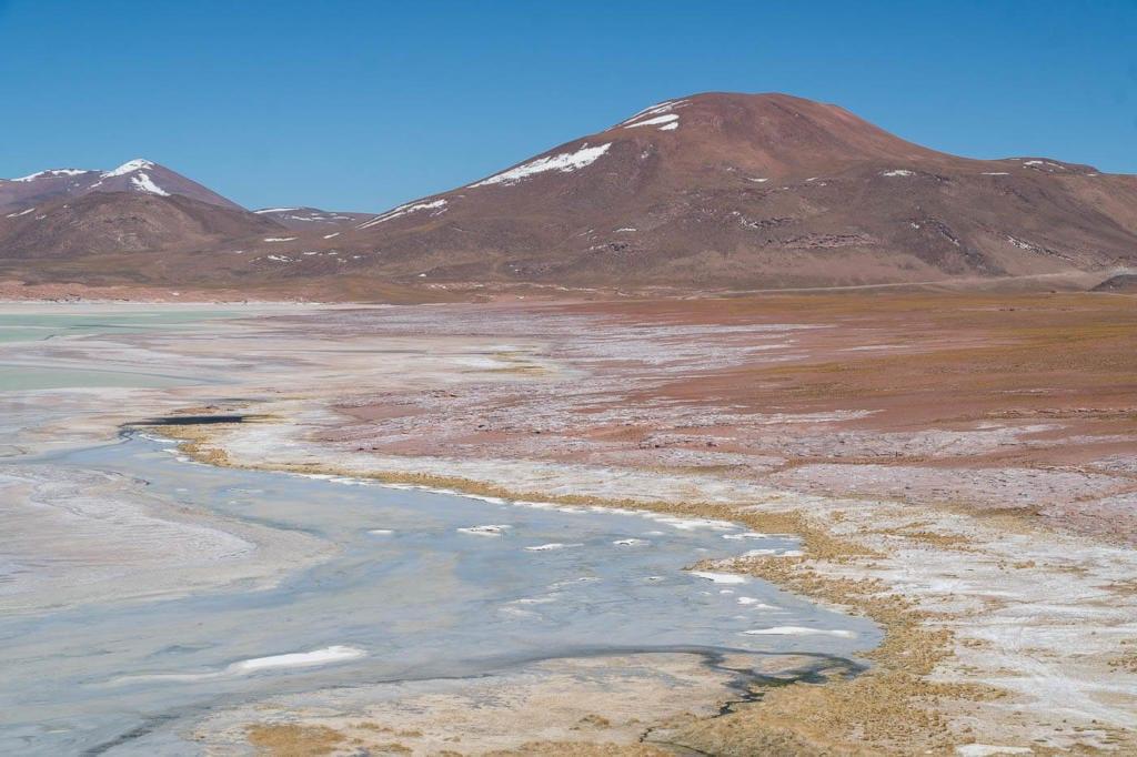 Deserto do Atacama Chile - Foto da vista do alto do mirante de Pedras Rojas com o seu lago ao lado