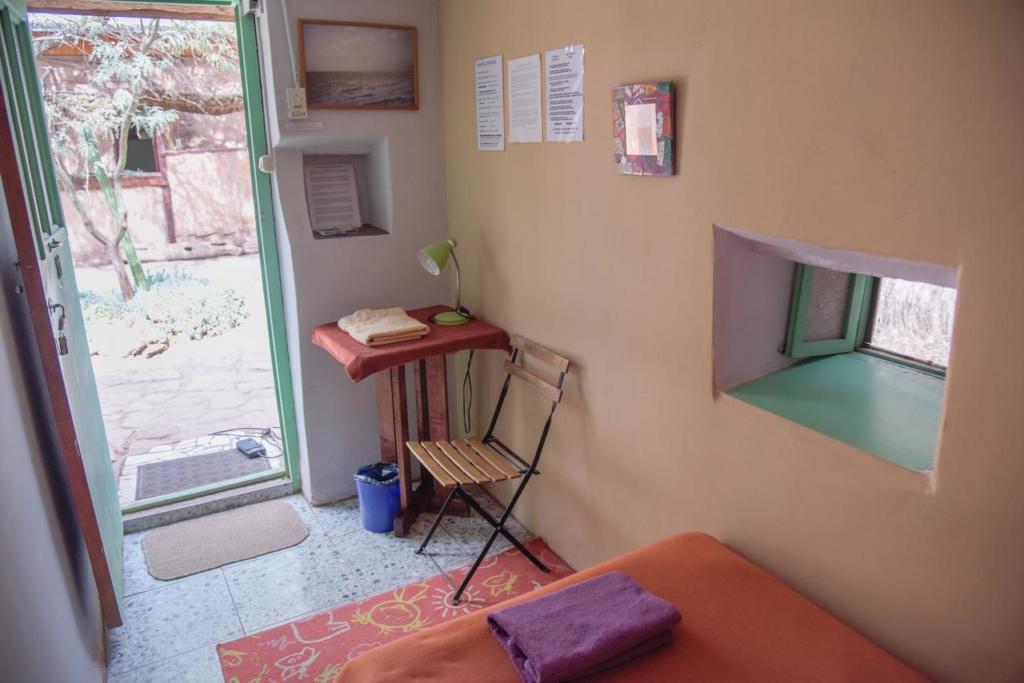 Deserto do Atacama Chile-Foto do quarto de casal com banheiro compartilhado do Hostel Soncheck