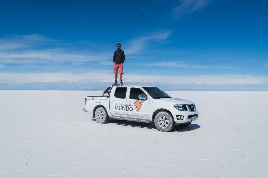 Deserto do Atacama Chile - Foto do Caio em pé em cima na nossa pickup branca no Salar do Uyuni