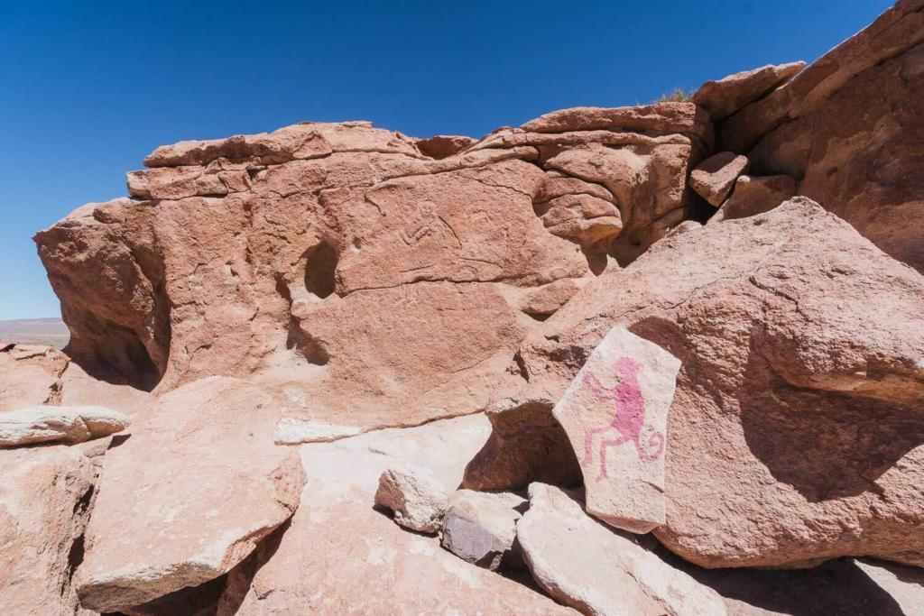 Deserto do Atacama Chile - Hierbas Buenas Atacama Desenhos de um macaco talhado na pedra pelos povos originários da região.