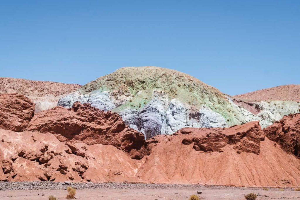 Deserto do Atacama Chile - As coloridas montanhas do Vale do Arco Iris. As cores vermelho, azul, roxo e verde surgem devido a oxidação de minerais do solo