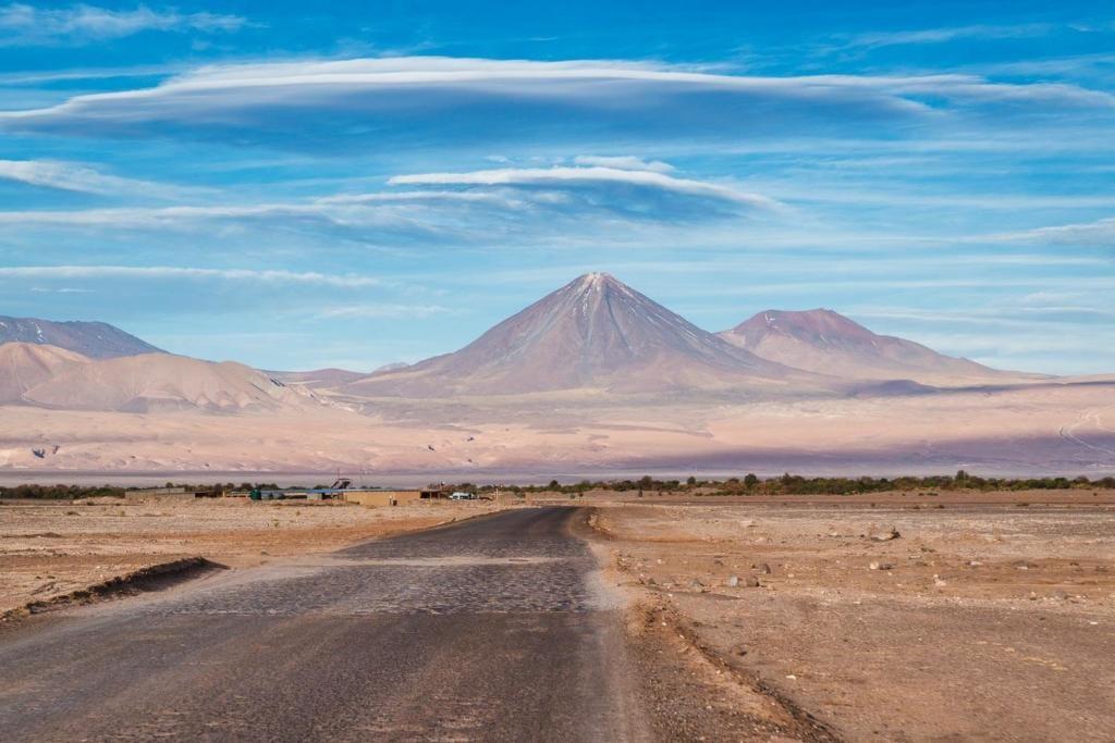 Deserto do Atacama Chile - Vista da estrada em com o Vulcão Lincancabur ao Fundo