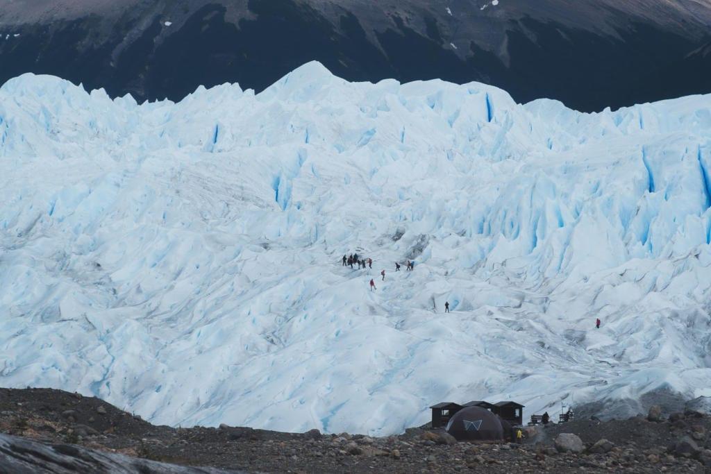 O que Fazer Em El Calafate Perito Moreno Argentina - Foto de longe onde é possível observar grupos realizando o mini trekking na geleira.