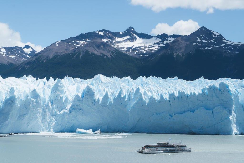 O que Fazer Em El Calafate Perito Moreno Argentina - Foto do barco no Safari Náutico a poucos metros da parede de gelo do Glaciar Perito Moreno