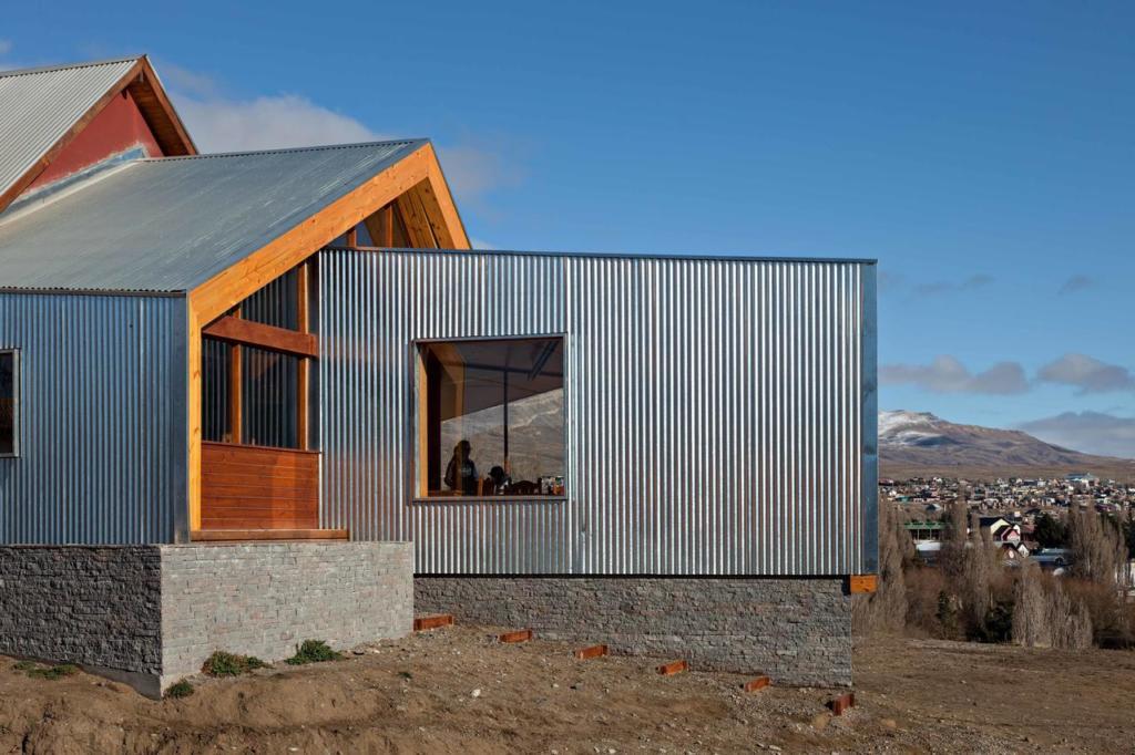 O que Fazer Em El Calafate Perito Moreno Argentina - Foto da fachada do Hotel América del Sur feito parte em concreto, parte em madeira e parte em metal
