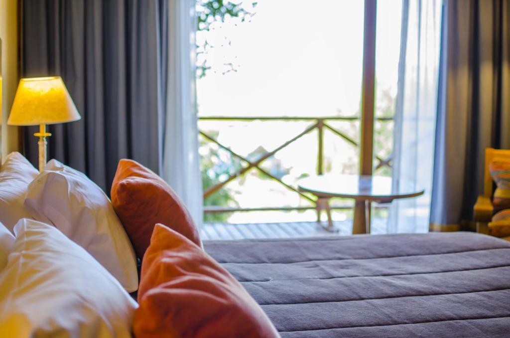 O que Fazer Em El Calafate Perito Moreno Argentina - Foto da confortável cama de casal ao lado da varanda do Hotel