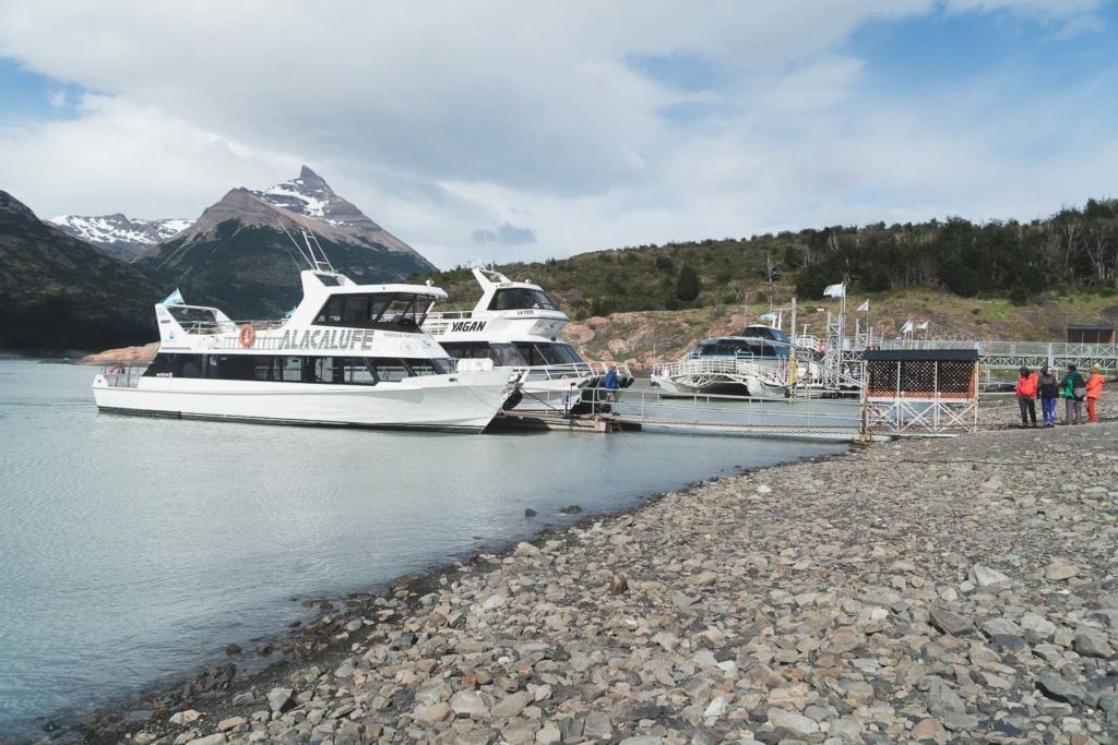 O que Fazer Em El Calafate Perito Moreno Argentina - Foto dos barcos que fazem o Safari Náutico ainda no pier