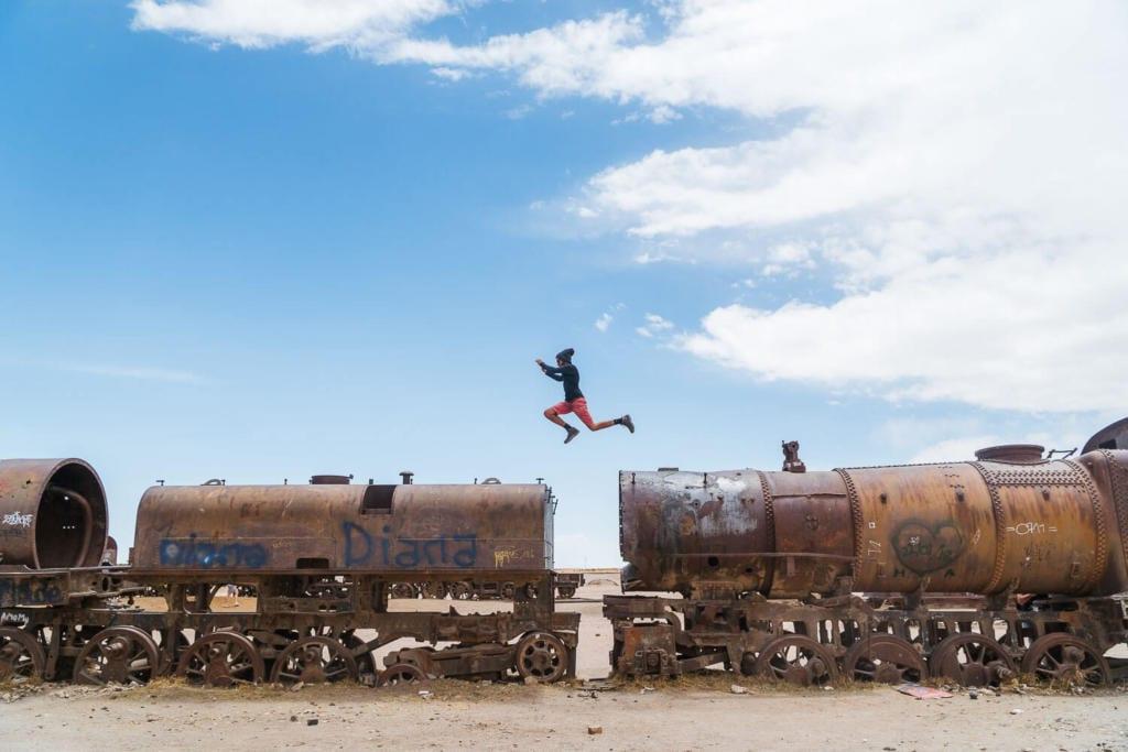 Salar de Uyuni - Foto do caio saltando  de um vagão para outro no Cemitério dos Trens