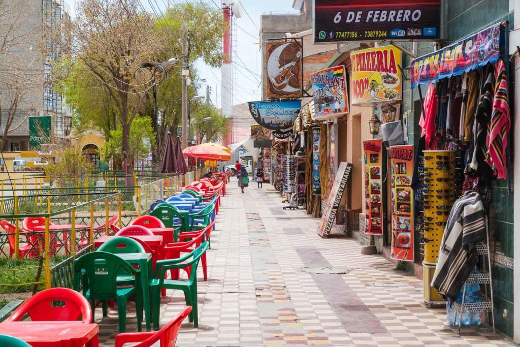 Salar de Uyuni - Foto das mesas e cadeiras dos restaurante na praça de Uyuni