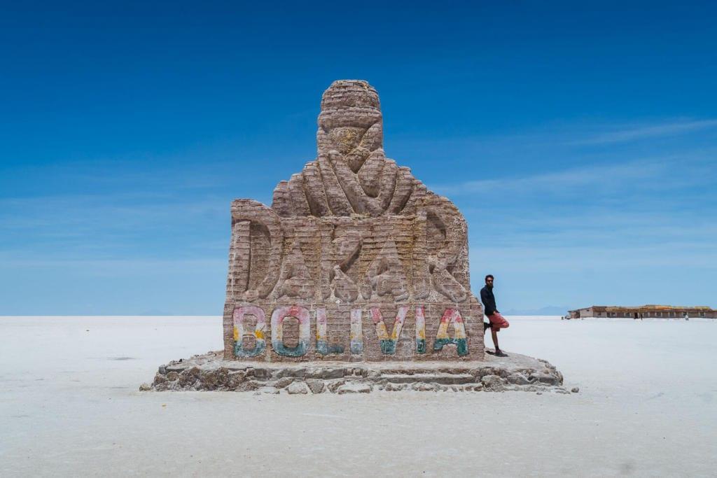 Salar de Uyuni - Foto do monumento em homenagem ao Rally Dakar que acontece alguns anos no Salar de Uyuni