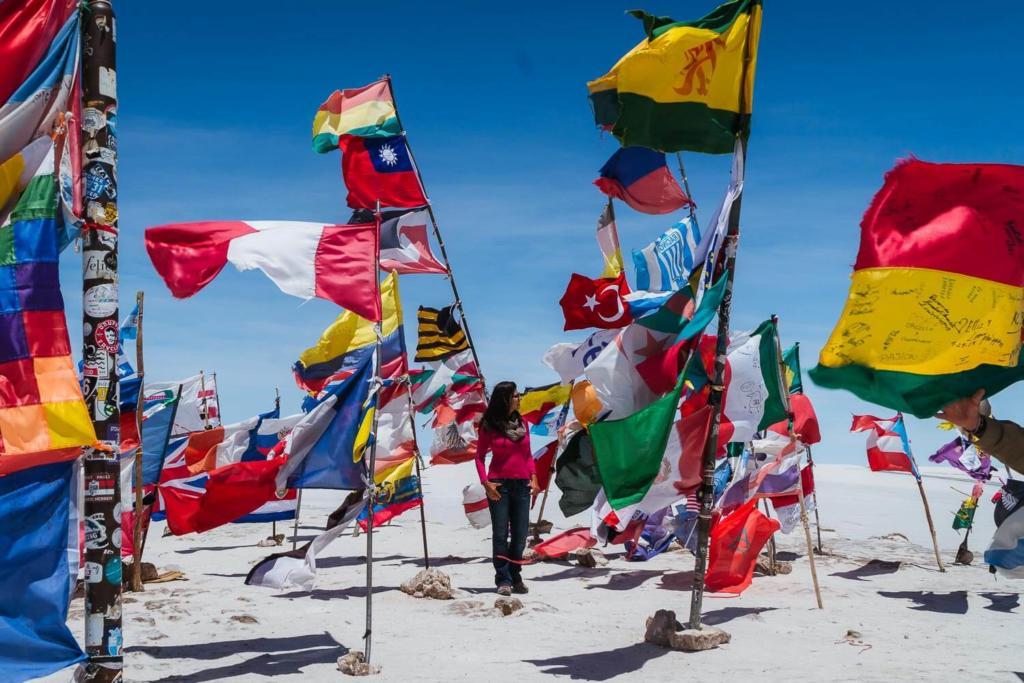 Salar de Uyuni - Foto da Praça da bandeiras, lugar onde viajantes deixam bandeiras dos seus países no meio do deserto de sal