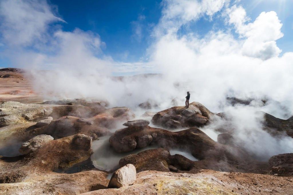 Salar de Uyuni - Foto do Caio andando pelos Geisers em meio a fumaça de vapor com enxofre