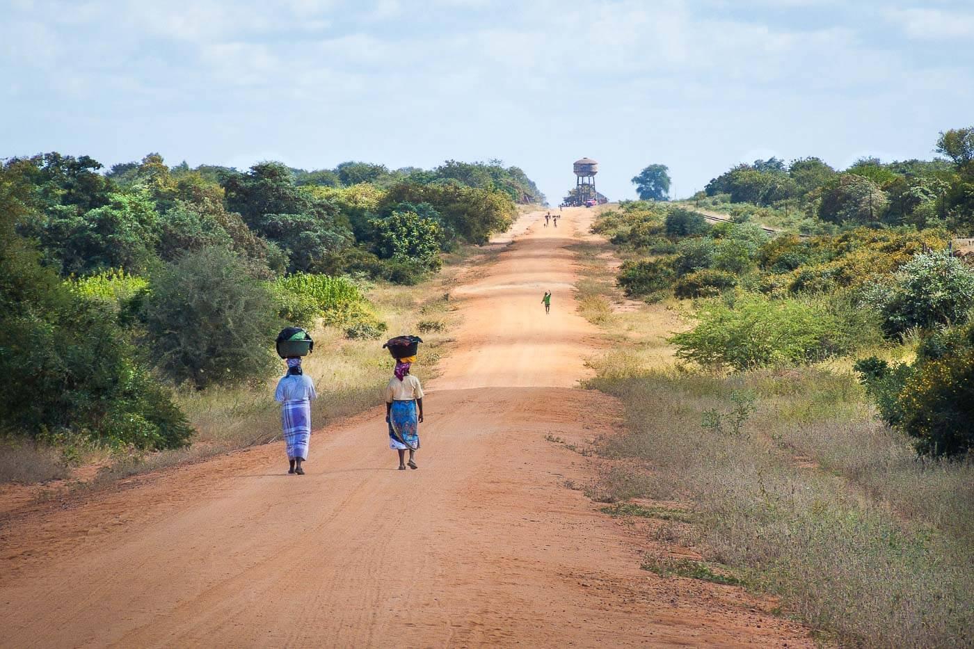 Viagem para Moçambique - Pessoas andando com latas na cabeça