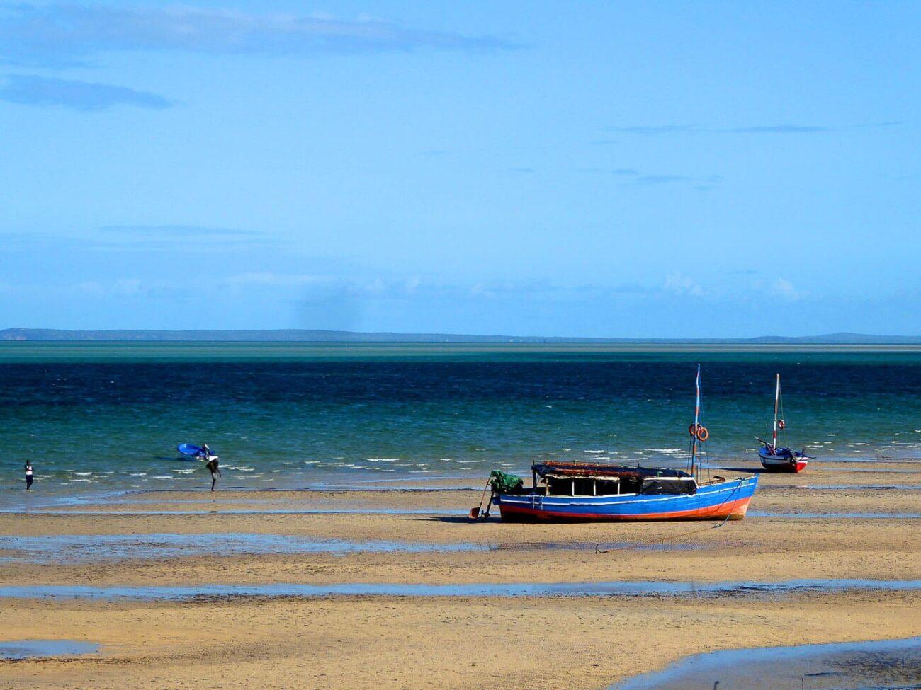 Viagem para Moçambique - Praia com barco na areia
