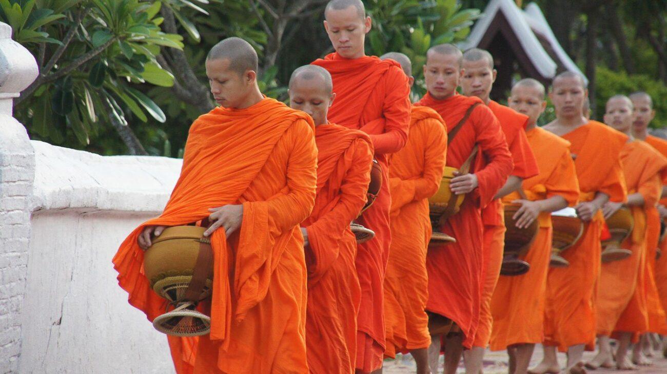 Turismo no Laos - Alms Giving