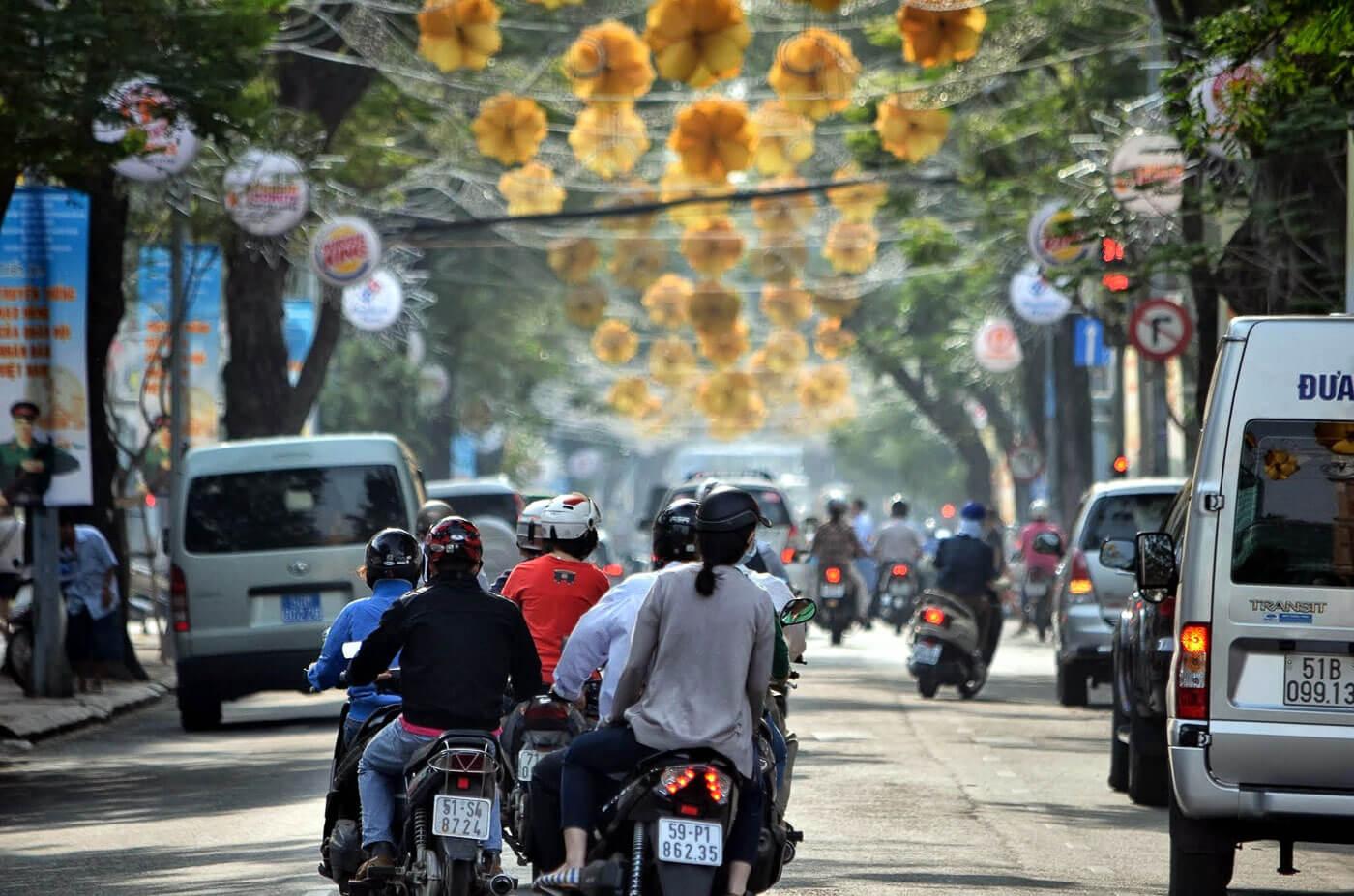 Turismo no Vietna - Pessoas dirigindo sccoters