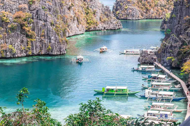 Foto dos barcos parados no pier - Coron Filipinas