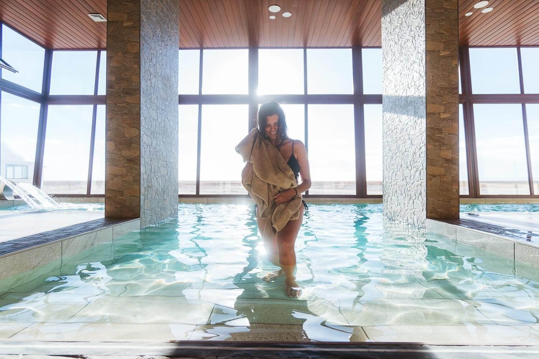 Foto da Dri saindo da Piscina - hotel de sal no Uyuni