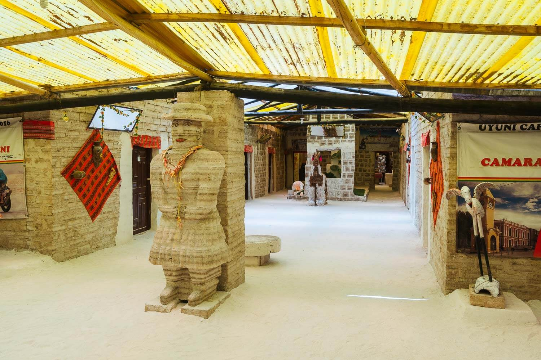 Foto do corredor do hotel de sal com uma estátua feita de Sal - hotel de sal no Uyuni