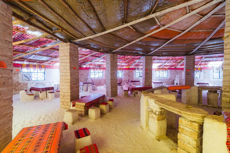 Foto da bancada, mesas e cadeiras de onde funcionava o bar e restaurante - hotel de sal no Uyuni
