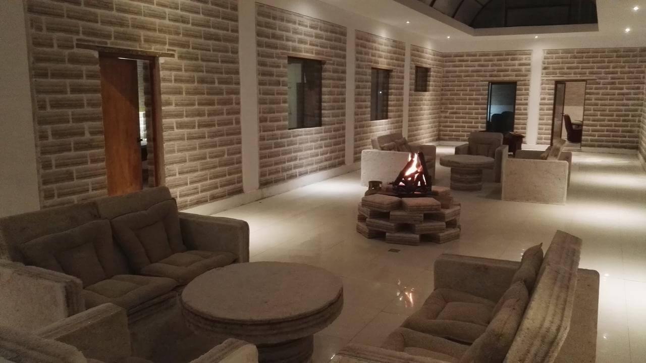 Foto do Hall do Hotel com uma fogueira - hotel de sal no Uyuni
