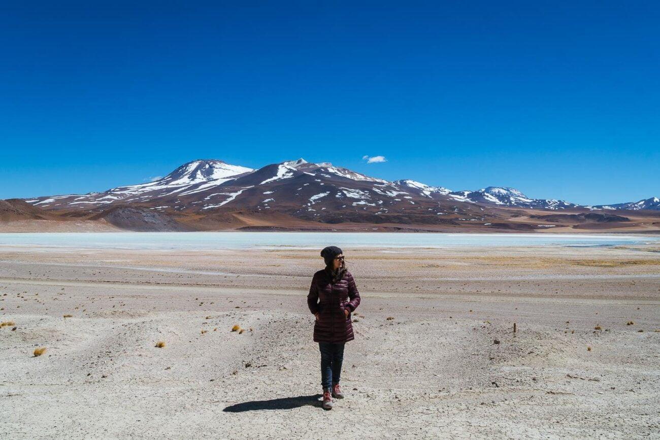 Foto da Adriana próxima da margem da Laguna Tuyajto com sua água branca- Lagunas Altiplanicas Piedras Rojas Salar do Atacama Laguna Chaxa