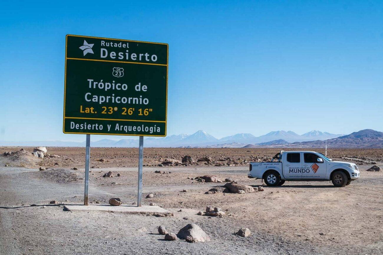 Foto da nossa pickup e a placa indicativa do Trópico de Capricórnio - Lagunas Altiplanicas Piedras Rojas Salar do Atacama Laguna Chaxa