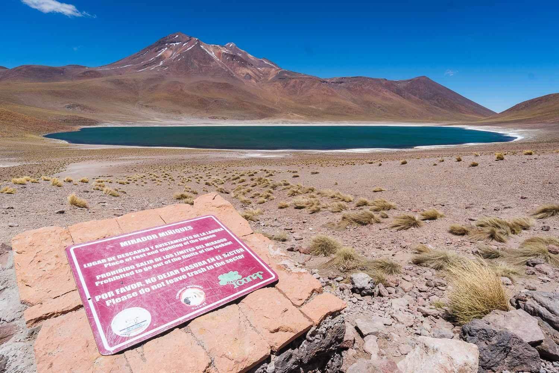 Foto da Laguna Miñique com sua água azul- Lagunas Altiplanicas Piedras Rojas Salar do Atacama Laguna Chaxa