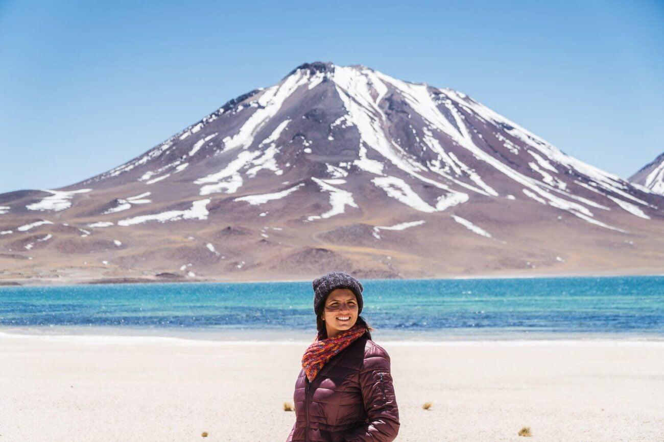 Foto da Dri sorrindo com o Vulcão Miscanti ao fundo- Lagunas Altiplanicas Piedras Rojas Salar do Atacama Laguna Chaxa