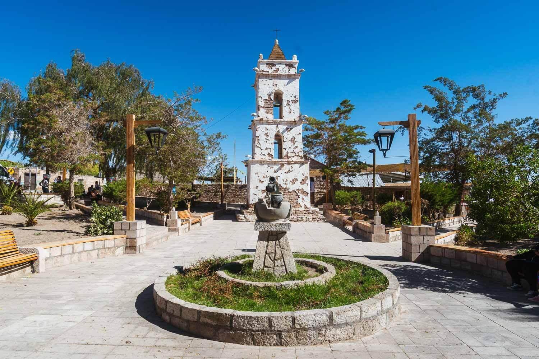 Foto da praça e da igreja no vilarejo de Toconao - Lagunas Altiplanicas Piedras Rojas Salar do Atacama Laguna Chaxa