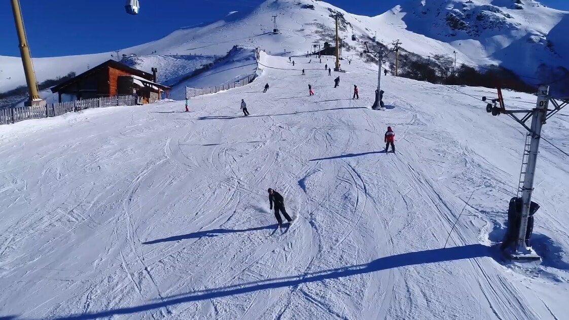 Foto de pessoas esquiando no Cerro Bayo - O que fazer em Villa la Angostura