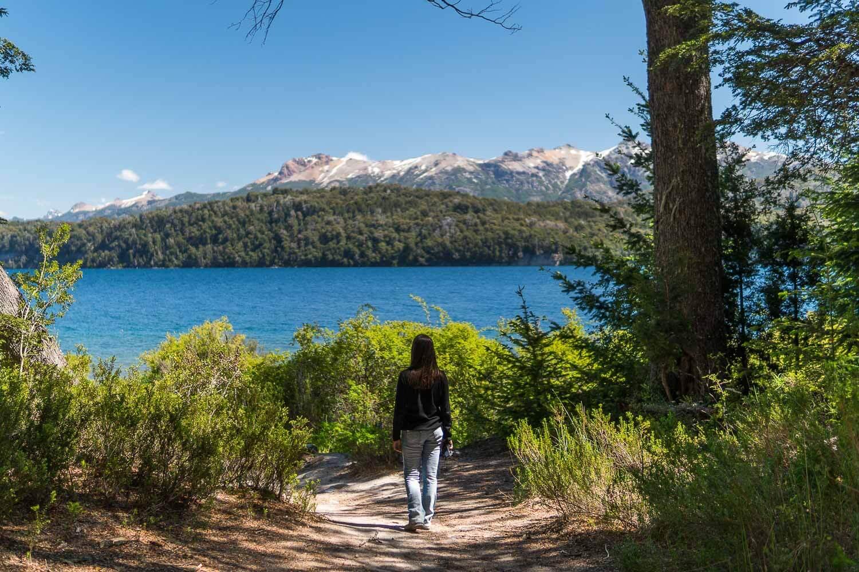 Foto da Dri chegando ao Lago - O que fazer em Villa la Angostura