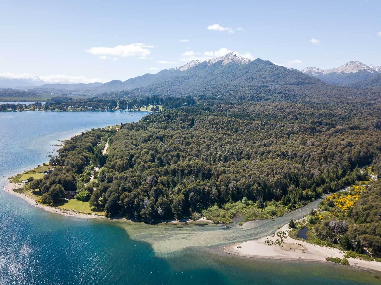 Foto aérea do deságua do Rio Bonito no Lago Nahuel Huapi - O que fazer em Villa la Angostura