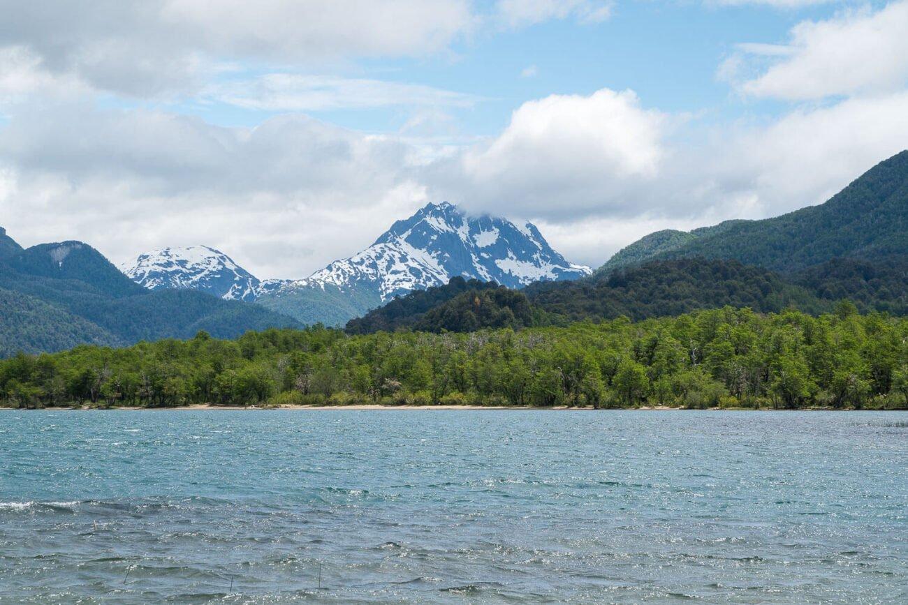 Foto do lago com a montanha de pedras ao fundo - Rota dos Sete Lagos